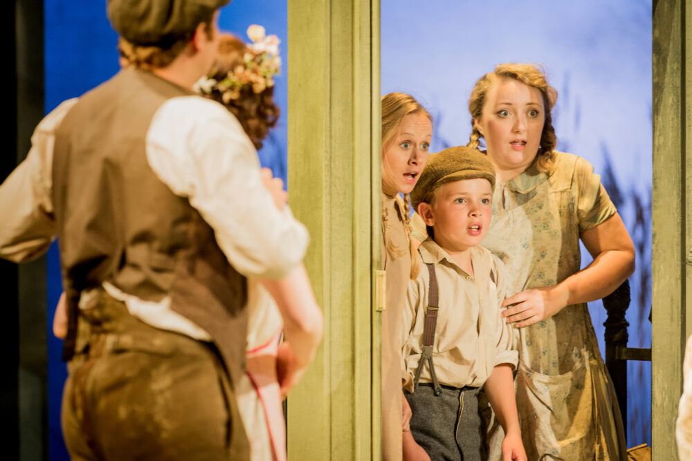 Emily Vine - Emmie | Hector Taggart - Harry | Catriona Hewitson - Cis | Photo © Robert Workman}